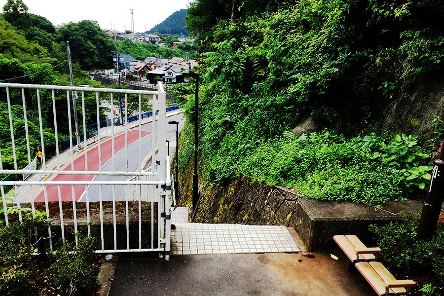 駅から川原までには急な階段が・・・