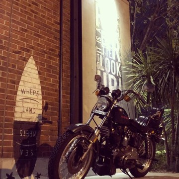 BAYSIDE #harleydavidson #sportster #shovelhead #shovelsports #ironhead #vintage #xlh #xlch #77xlh #xlh1000 #sportymania #vintagemotorcycle #ironsports #japan #tooeysworks#garagelife#crassicmotorcycle#yokohama#nightrun